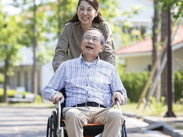 画像:車椅子に座る高齢者の絵